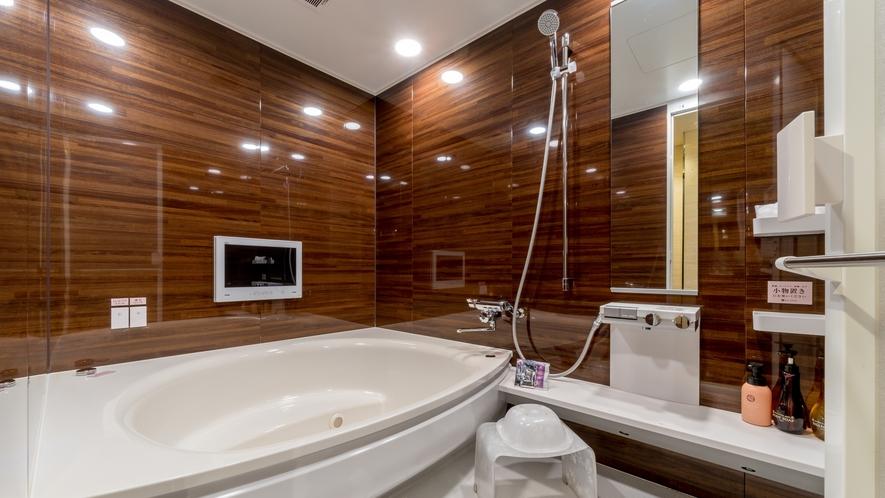 2人で入ってもゆったり、大きめのバスルームです。
