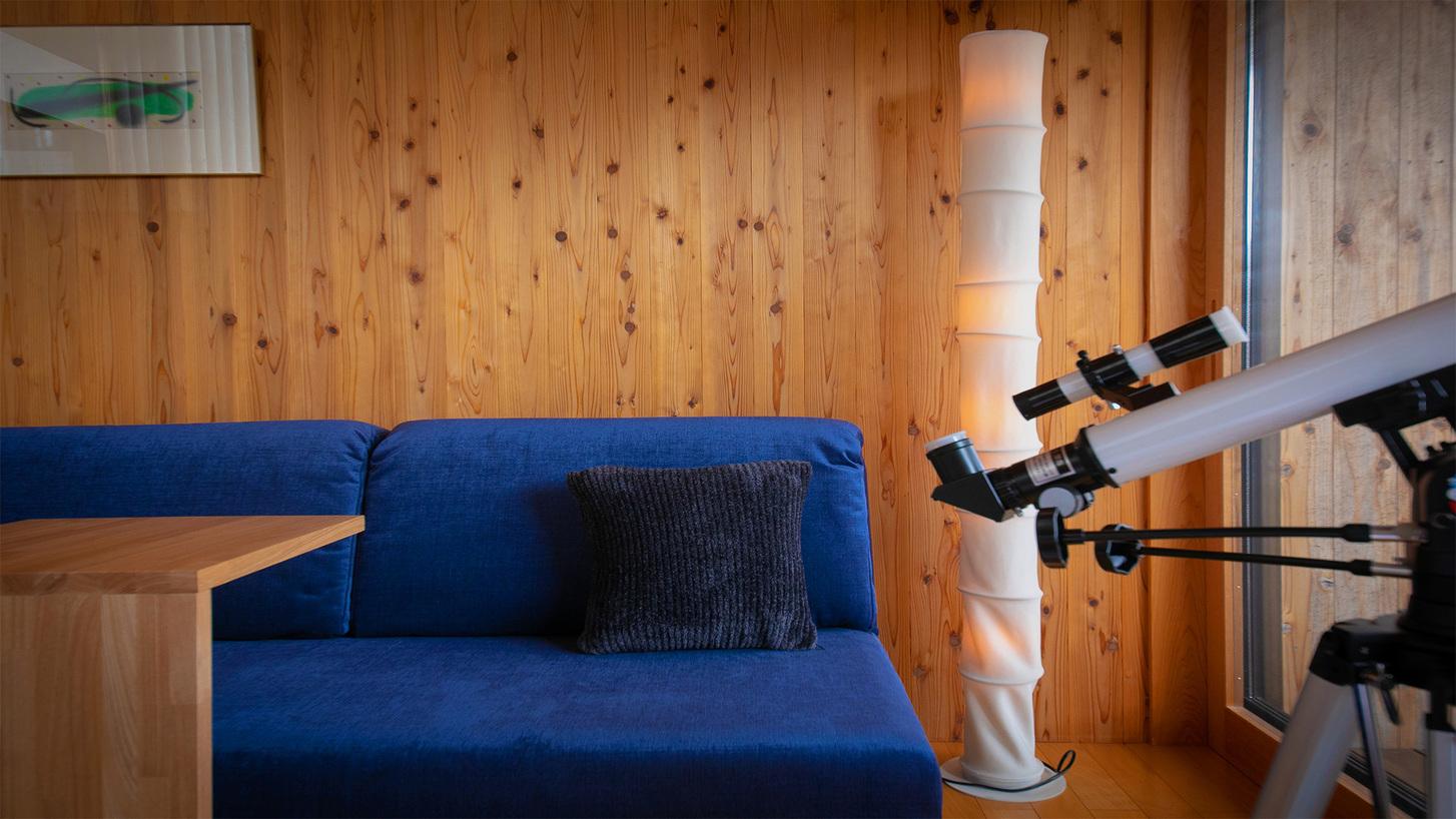 【客室設備-望遠鏡】自然豊かな里山ならではの楽しみ。童心にかえったように、月模様を愛でるひととき