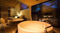 """【客室設備-半露天風呂】全室""""プライベートバス""""を完備。大切なひとと、気兼ねないひとときを"""