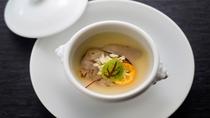 【蛤のフラン 新玉ねぎのクーリー】特大の蛤を新玉ねぎと柚子のスープで仕上げました。