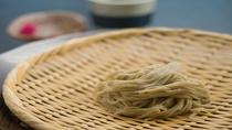 【天野産十割蕎麦】香り強い鰹出汁に、細く仕上げた弾力のある蕎麦そのものの味を堪能ください。