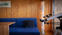 """【客室設備-望遠鏡】自然豊かな""""里山""""ならではの楽しみ。童心にかえったように、月模様を愛でるひととき"""