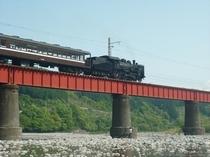 大井川を渡るSL4