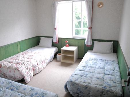 ペンション洋室4ベッド(禁煙)トイレ/シャワー付。