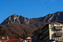 大山博労座駐車場から見た大山北壁。三鈷峰