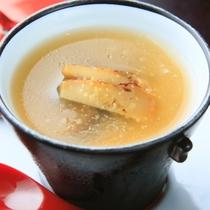 【椀替り】松茸と浅利のかぶら蒸し風、コンソメスープ餡