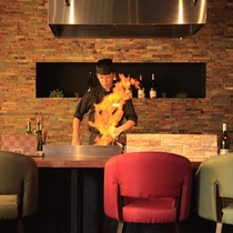 フランベで見せる迫力のライブキッチン(イメージ)