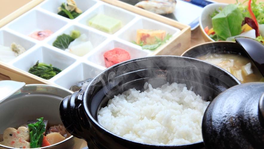 【ご朝食】お時間に合わせて炊き上げる土鍋ごはん(一例)