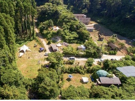 8〜25人直径12mのグリーンドームとトレーラーハウス。専用の芝庭で焚火とBBQキャンプ