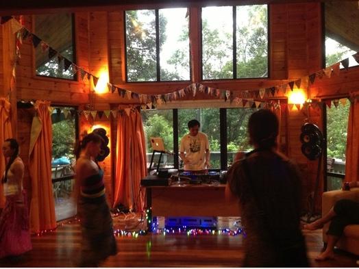 森のロックウッド1棟貸し!10人〜25人利用スタジオヒルトップ森で映画と焚火とBBQ