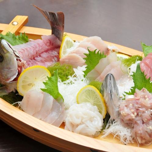 朝獲れ地魚の豪華舟盛プランでご提供する舟盛(2名様用)