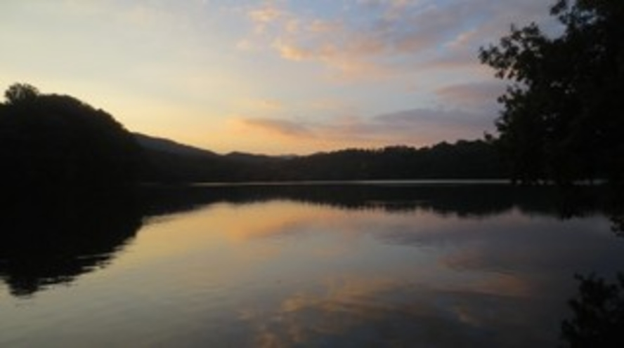 夕暮れ時の一碧湖