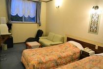 ツイン洋室 朝陽のあたる海と大島を望むお部屋