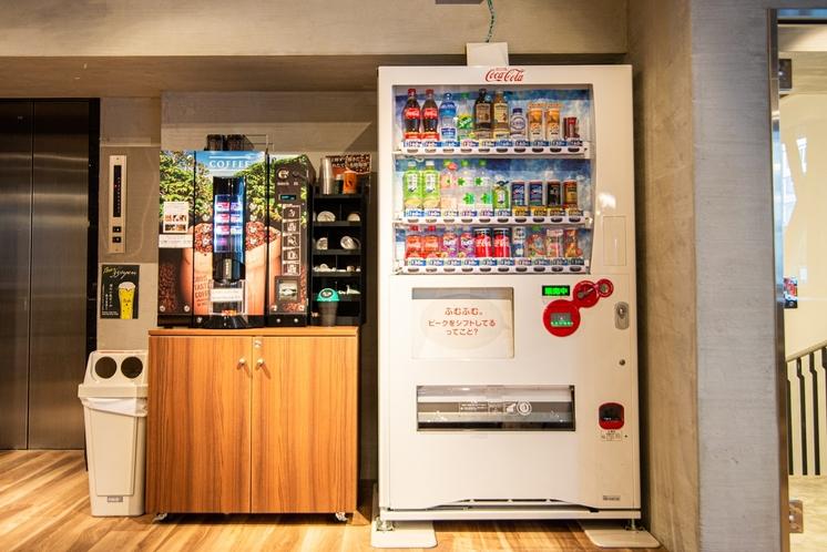 ラウンジには、自動販売機がございます