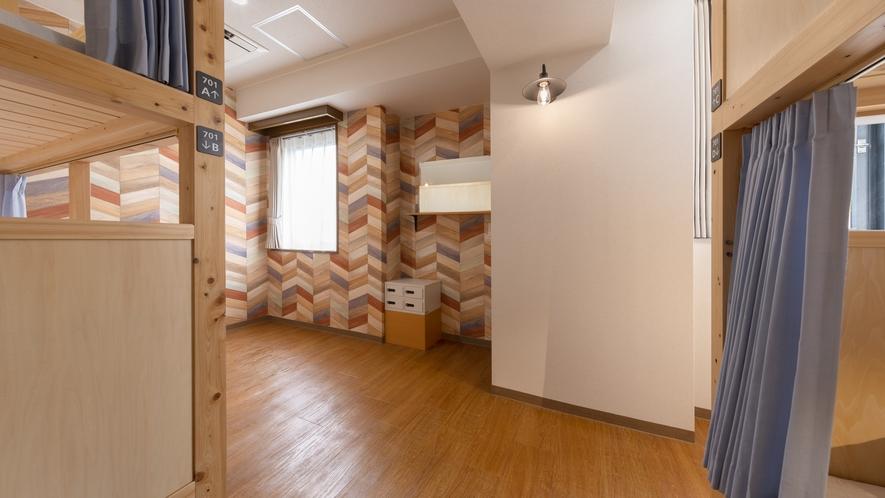 ドミトリー4人部屋(2段ベッド2台)フロアに個室トイレ、洗面台があります