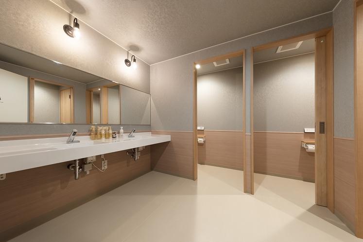コンパクトシングルの共用トイレ、洗面台です。基礎化粧品完備しています。