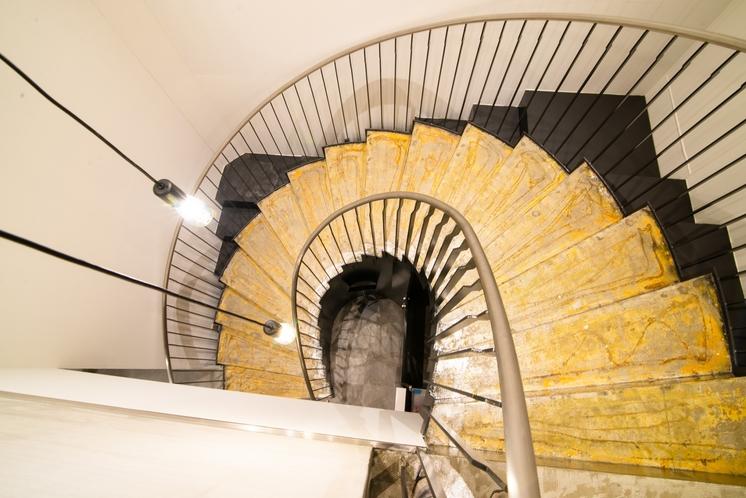 2階ラウンジへの階段