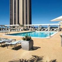 サンデッキスペースが広くとられ、開放感のあるプール(ご利用時間は日没まで)