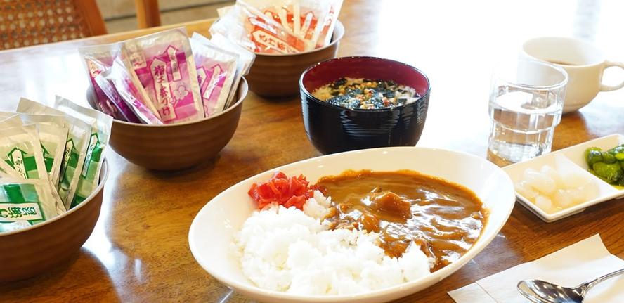 無料軽朝食のカレーライスとお茶漬け(鮭・梅・プレーン)