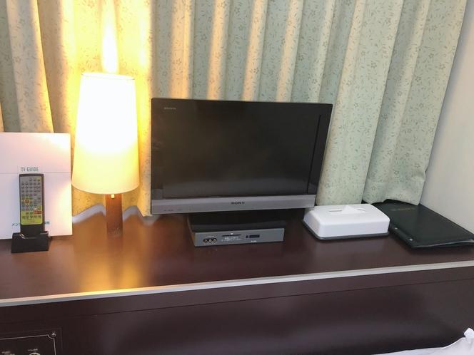 白ソファ部屋テレビ