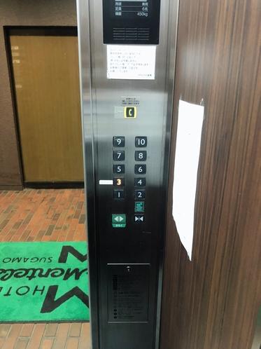 エレベーター内部
