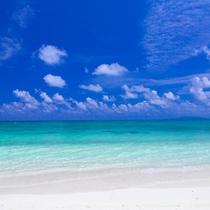 コバルトブルーの空とエメラルドブルーの海と白砂のコントラスト