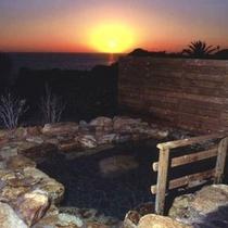 11月〜2月までだるま夕日が見える露天風呂。本館露天風呂