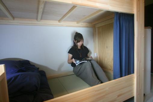 <女性専用相部屋>畳敷き遮光カーテン付きの2段ベット