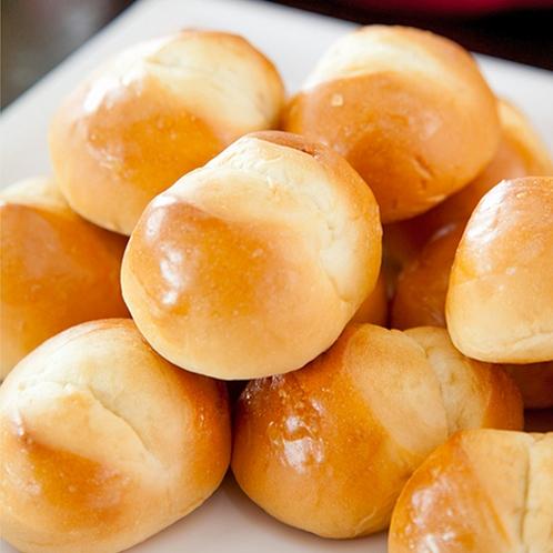 朝ごはんには焼きたてパンもご用意!