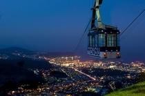 小樽天狗山ロープウェイ。海沿いに広がる小樽市街の夜景を上空から楽しんで♪