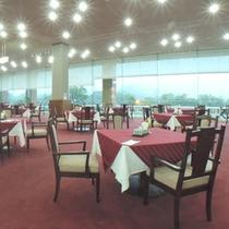 *【レストラン】整備の行き届いたゴルフ場を眺めながらお食事をお楽しみください