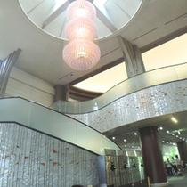 *【ロビー】高い天井が明るく開放的な雰囲気を演出