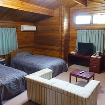 【ロッジ_客室一例】ベッドはセミダブルで広々!ゆったりとお休みいただけます。