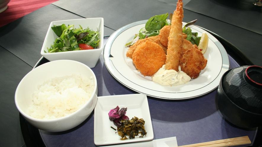 *【レストラン一品料理】ミックスフライ定食はボリューム満点♪