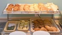 【朝食ブッフェメニュー一例】パン豊富にご用意しております