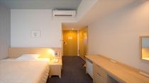 【シングル・セミダブルルーム】幅140cmの広々としたベッドでお寛ぎくださいませ