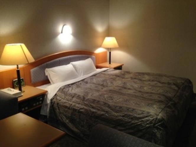 デラックスダブルルームのベッド幅は驚きの170センチ!