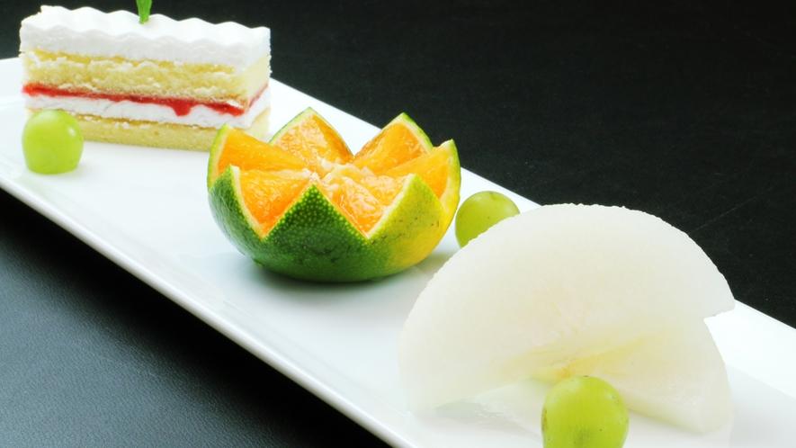 季節のフルーツとケーキの盛りあわせ