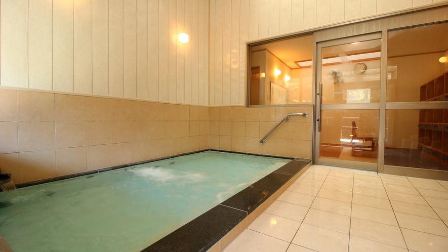 【内湯・男性用】貸切で利用可能です。温泉は、美肌の湯として人気の泉質です
