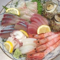【刺身盛り合わせ一例】日本海で水揚げされる新鮮な魚介類を使用