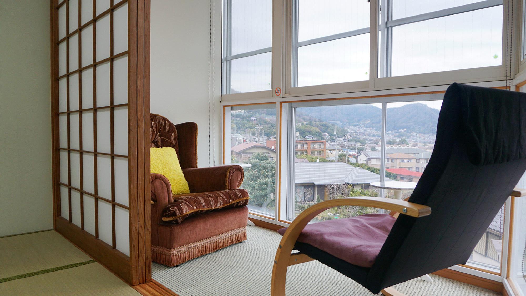 ・広縁にある一面のガラス窓からは、町の景色を見下ろすことができます