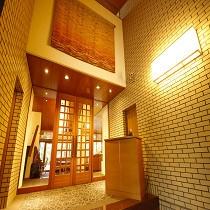 夕暮れの時の正面玄関