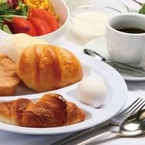 朝焼きたてのパンが直送された朝ごはん