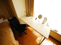【全客室】ビジネスデスクを完備。