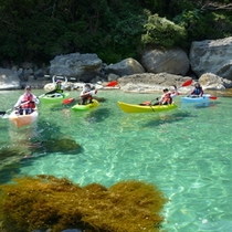 【竹野海岸エリア】カヌーで巡る冒険ツーリングもおすすめ。透明な海に浮かんで海岸を散策できる