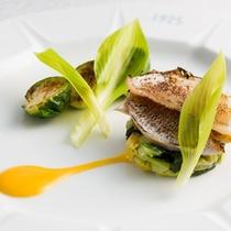 【笹鯛のグラッセ 人参ソース】和の食材である笹鯛を、甘みとコクのあるグラッセに