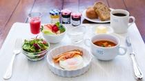 【朝食】光の差すレストランホールで優雅な朝食のお時間をお過ごしください。