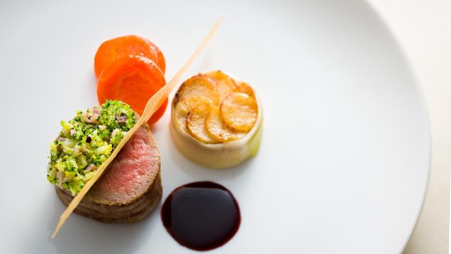 但馬牛を使った美しい肉料理の数々。柔らかな肉の旨味が口の中であふれ出します。