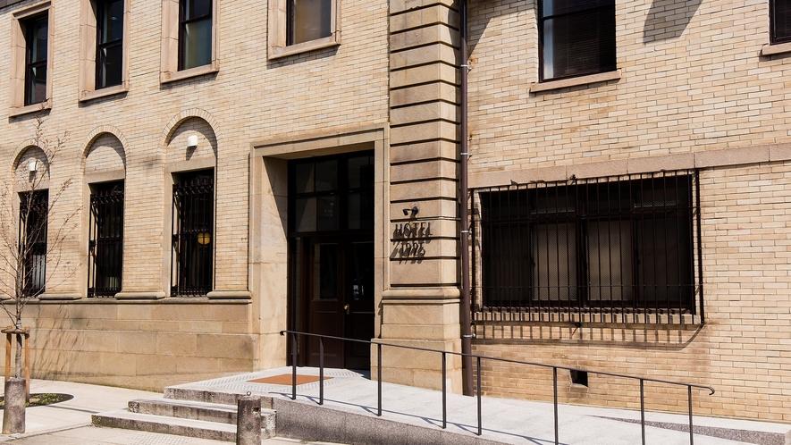 客室はわずか6室。1925年築の登録有形文化財の元銀行をリノベーションしたクラシックなホテルです。