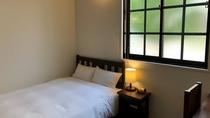 無駄なものを省いたシンプルなお部屋は、ビジネスや観光、様々なシーンでご利用いただけます。大きな机は読